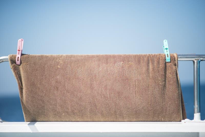 Μια πετσέτα που κρεμά στη ράγα βαρκών στοκ φωτογραφία με δικαίωμα ελεύθερης χρήσης