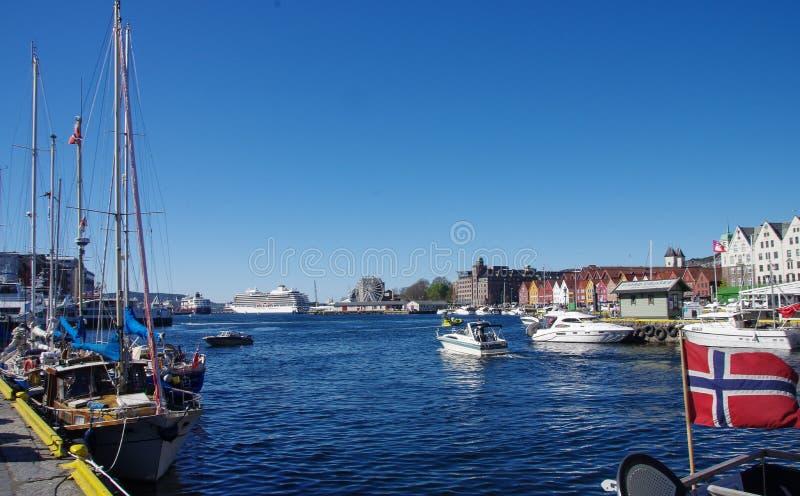 Μια πολυάσχολα μαρίνα και ένα λιμάνι μια ηλιόλουστη ημέρα, Μπέργκεν Νορβηγία στοκ φωτογραφία