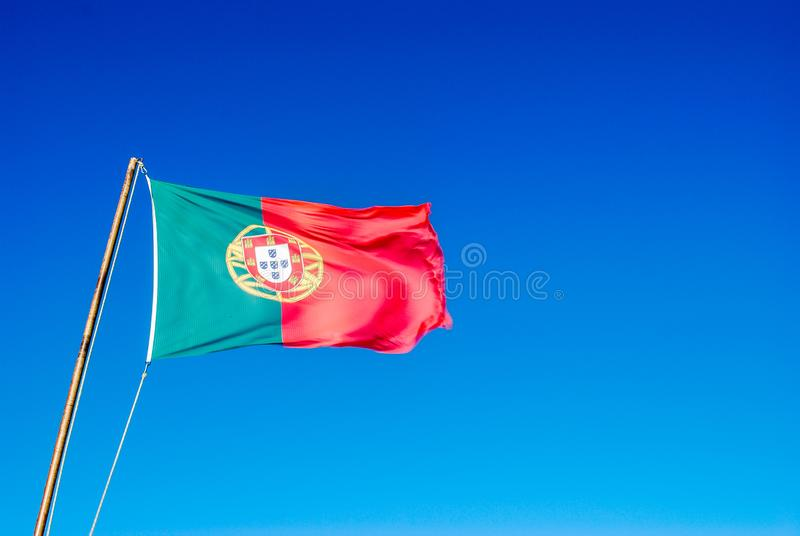 Μια πορτογαλική σημαία κινήθηκε από τον αέρα στοκ εικόνες με δικαίωμα ελεύθερης χρήσης