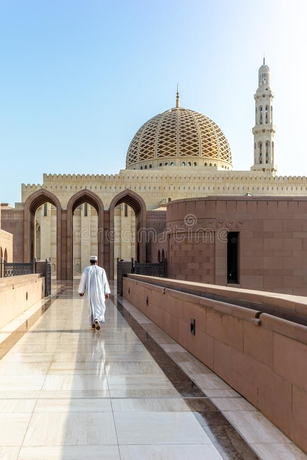 Μια προσευχή στο δρόμο του στο Muscat μεγάλο μουσουλμανικό τέμενος στο χαρακτηριστικό OM στοκ φωτογραφίες