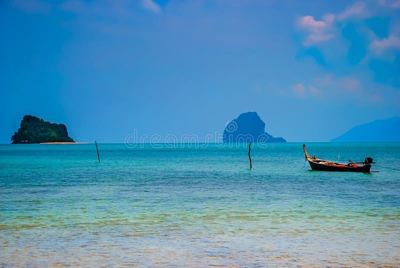 Μια πρόσδεση longtail-βαρκών στις ακτές Koh Yao Noi, Ταϊλάνδη στοκ φωτογραφίες