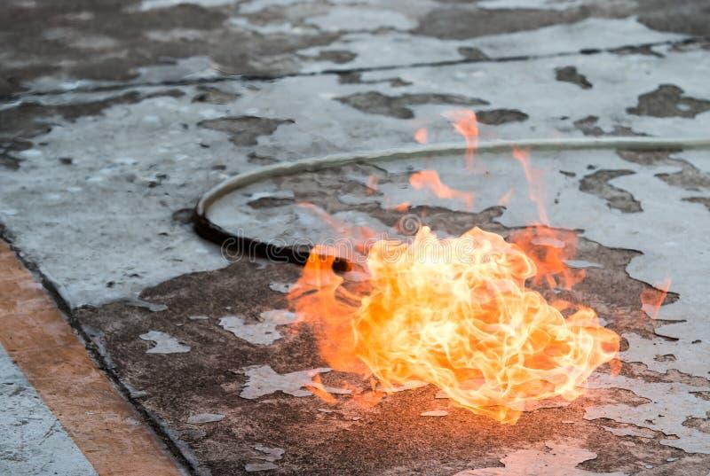 Μια πυρκαγιά στο έδαφος λόγω μιας διαρροής αερίου στοκ φωτογραφία