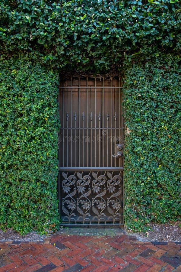 Μια πόρτα ορόσημου κτιρίου στην ιστορική περιοχή της Σαβάνα Τζόρτζια στοκ εικόνες με δικαίωμα ελεύθερης χρήσης