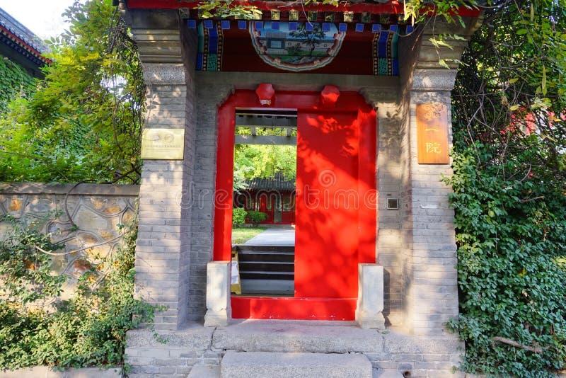 Μια πόρτα του κινεζικού αρχαίου κτηρίου στην πανεπιστημιούπολη πανεπιστημίου του Πεκίνου στοκ φωτογραφίες
