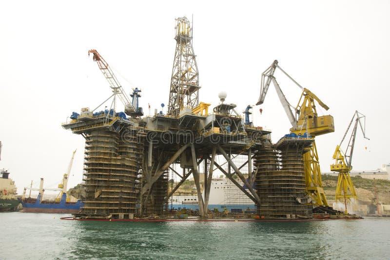 Πλατφόρμα άντλησης πετρελαίου στο λιμάνι στοκ φωτογραφίες με δικαίωμα ελεύθερης χρήσης