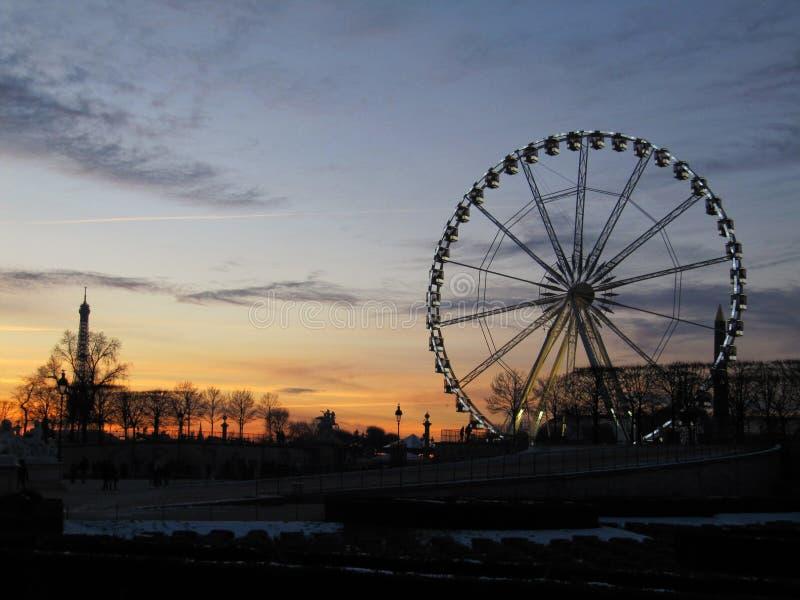 Μια ρόδα Ferris σε ένα πάρκο κατά τη διάρκεια του ηλιοβασιλέματος στοκ εικόνες