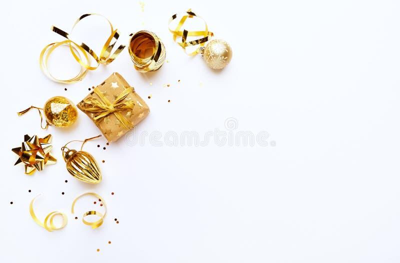 Μια ρύθμιση των χρυσών διακοσμήσεων Χριστουγέννων στο άσπρο υπόβαθρο flatlay διάστημα αντιγράφων στοκ φωτογραφία με δικαίωμα ελεύθερης χρήσης
