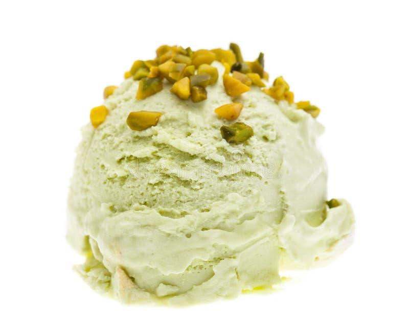 Μια σέσουλα του παγωτού φυστικιών που ολοκληρώνεται με τα κομμάτια φυστικιών που απομονώνονται στο άσπρο υπόβαθρο στοκ φωτογραφία με δικαίωμα ελεύθερης χρήσης