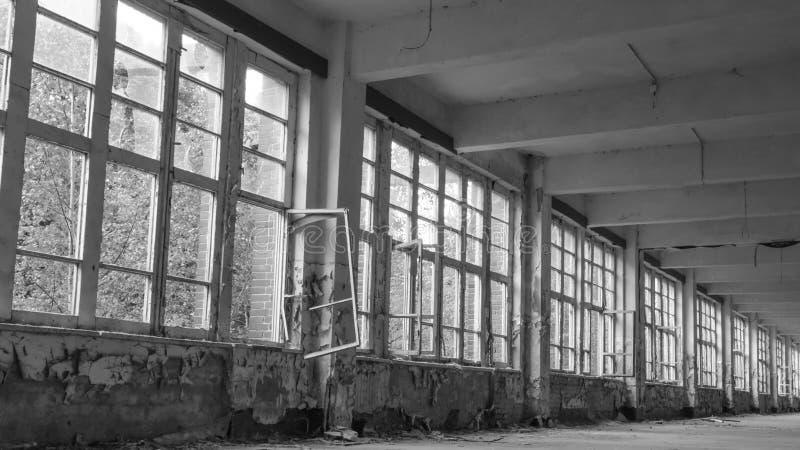 Μια σειρά παλαιών παραθύρων σε ένα εγκαταλελειμμένο κτίριο στοκ εικόνες