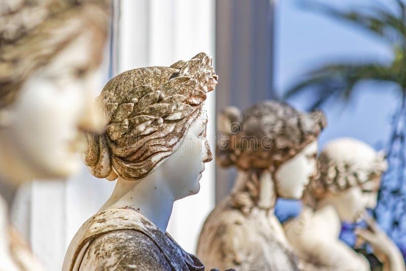 Μια σειρά τεσσάρων μαρμάρινων αποτυχιών των γυναικών στο παλάτι Sissi κοντά σε Gastouri στην Κέρκυρα, Ελλάδα στοκ φωτογραφίες