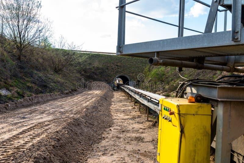 Μια σειρά του ιμάντα μεταφορών σε ένα κοίλωμα αμμοχάλικου για τη μεταφ στοκ φωτογραφία με δικαίωμα ελεύθερης χρήσης