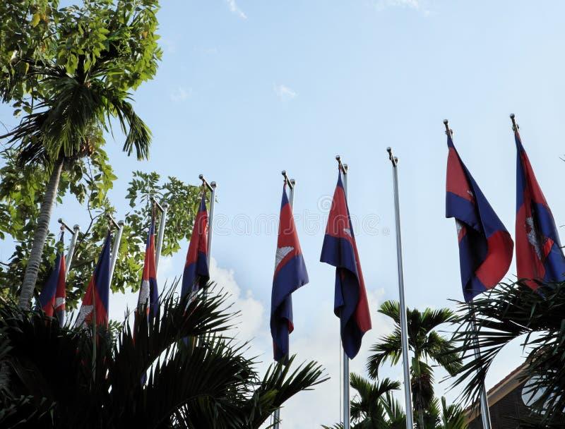 Μια σειρά των κονταριών σημαίας με τις σημαίες της Καμπότζης στο υπόβαθρο ενός σαφούς ουρανού Απάνεμη ηλιόλουστη ημέρα στοκ εικόνες