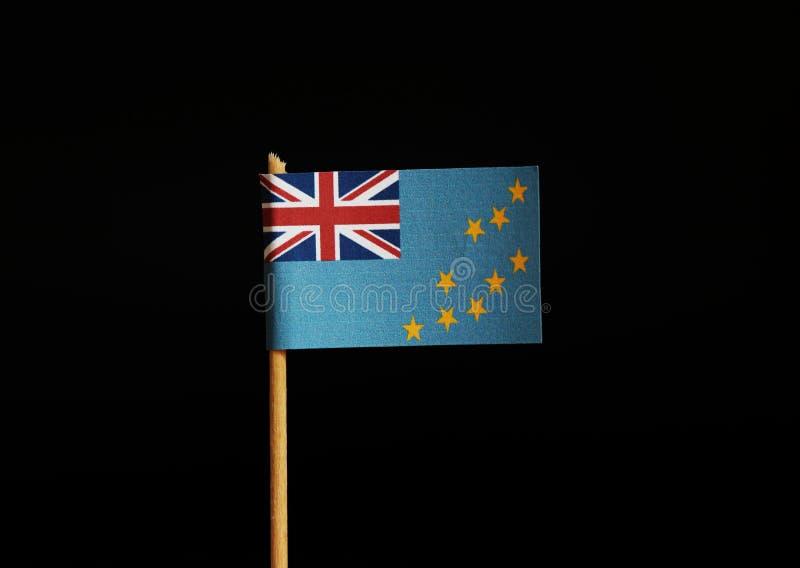 Μια σημαία του Τουβαλού στο ξύλινο ραβδί στο μαύρο υπόβαθρο Η σημαία έχει το ίδιο σύμβολο με τη Μεγάλη Βρετανία Το Τουβαλού ανήκε στοκ φωτογραφία με δικαίωμα ελεύθερης χρήσης