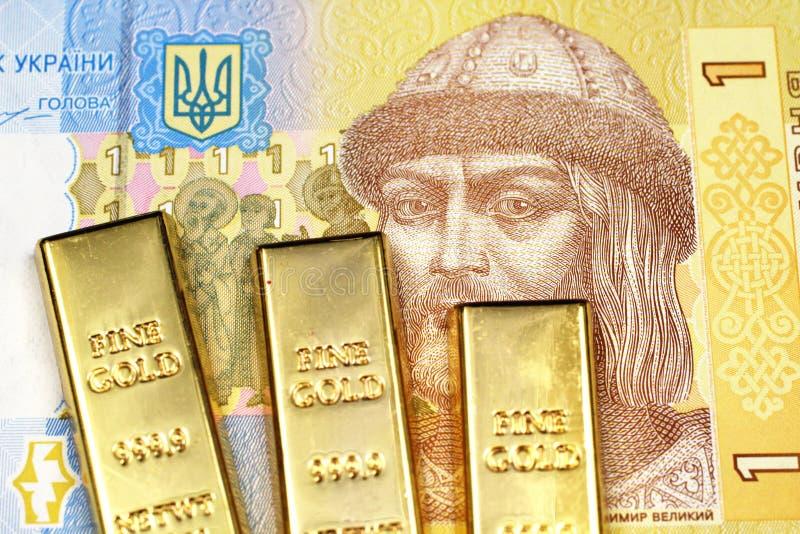 Μια μια σημείωση hryvnia από την Ουκρανία με τρία χρυσά πλινθώματα στοκ εικόνα με δικαίωμα ελεύθερης χρήσης