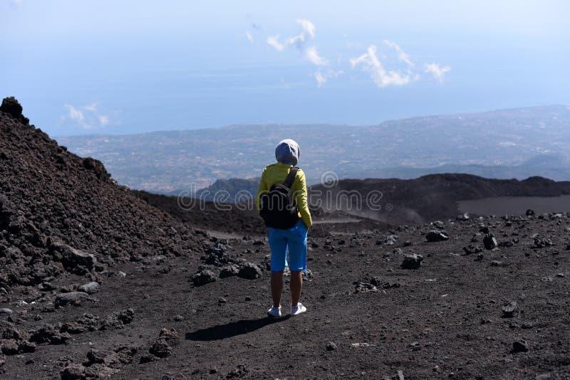 Μια σκιαγραφία ενός κοριτσιού που σε μια κλίση Etna - το υψηλότερο ενεργό ηφαίστειο στην Ευρώπη στοκ εικόνα