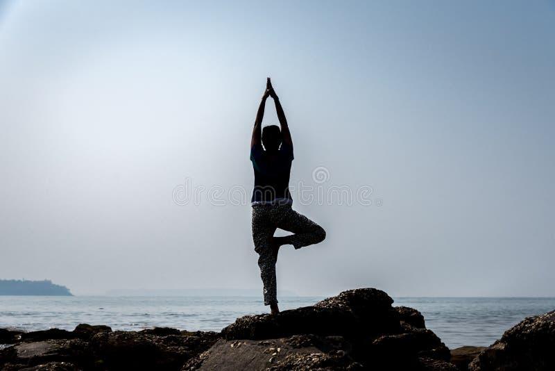 Μια σκιαγραφημένη γυναίκα που κάνει το goa σε μια παραλία σε Goa στοκ φωτογραφία με δικαίωμα ελεύθερης χρήσης