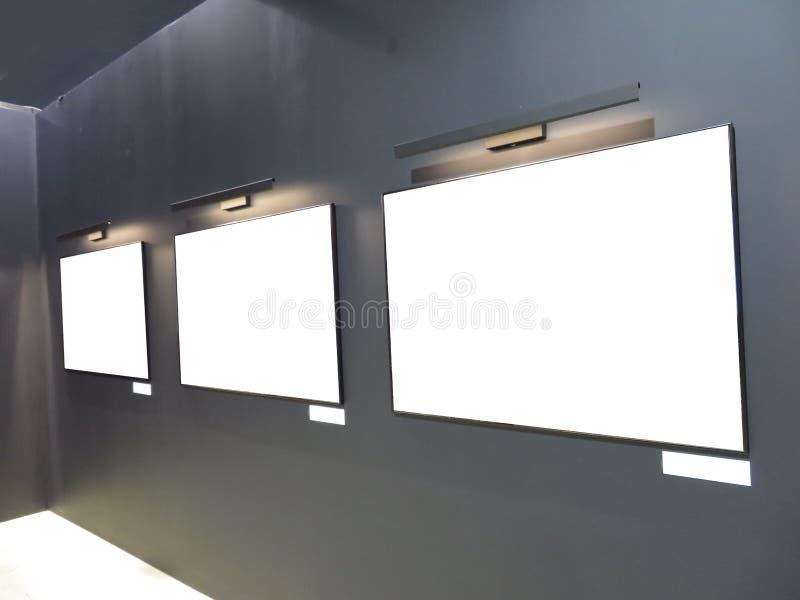 Μια σκοτεινή αίθουσα στο πρότυπο γκαλεριών τέχνης  στοκ φωτογραφίες με δικαίωμα ελεύθερης χρήσης