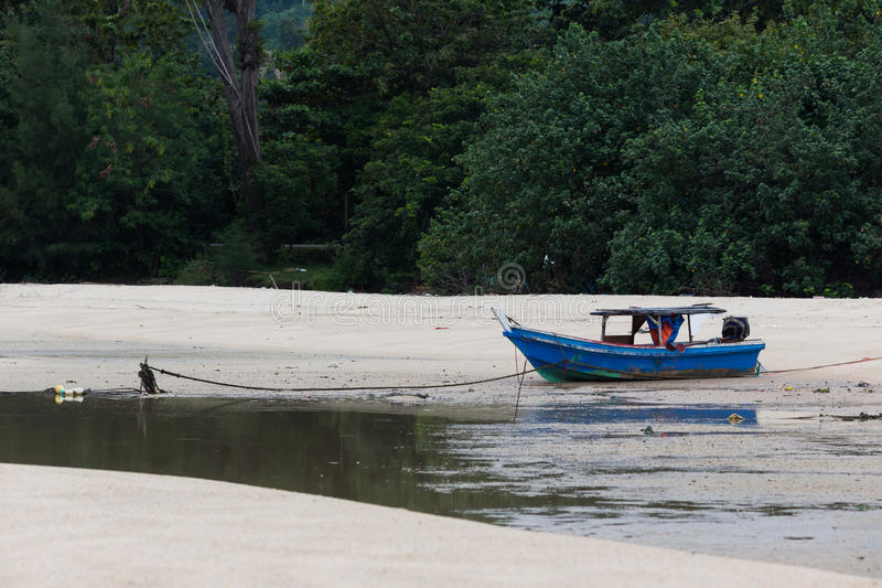 Μια σπασμένη βάρκα στην παραλία στοκ εικόνα με δικαίωμα ελεύθερης χρήσης