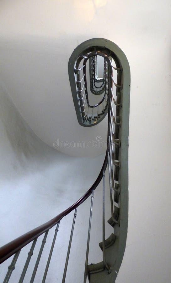 Μια σπειροειδής σκάλα επεξεργασμένου σιδήρου σε μια πολυκατοικία στοκ φωτογραφίες