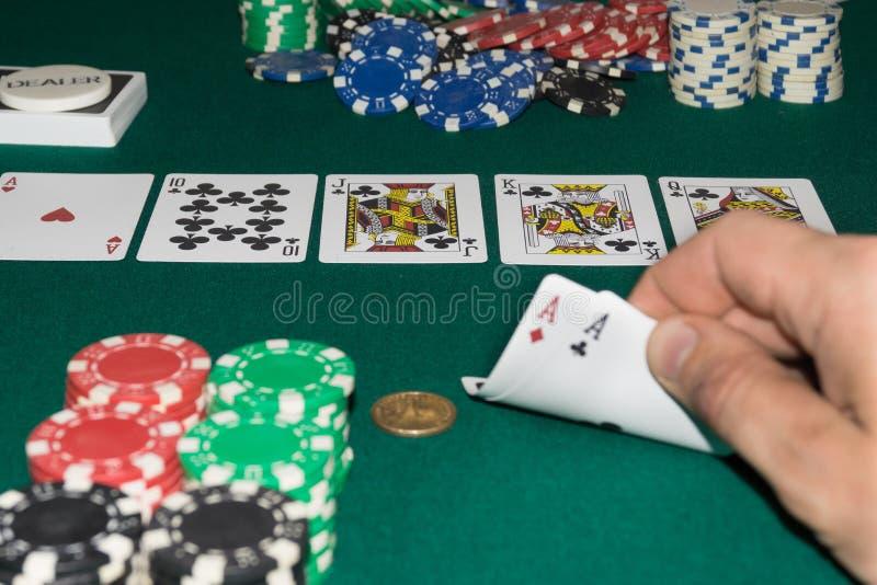 Μια στενή επάνω εικόνα των συσσωρευμένων τσιπ πόκερ και μιας βασιλικής εκροής ανασκόπηση κατασκευασ&mu Θέση κολλών αντιγράφων στοκ φωτογραφίες με δικαίωμα ελεύθερης χρήσης