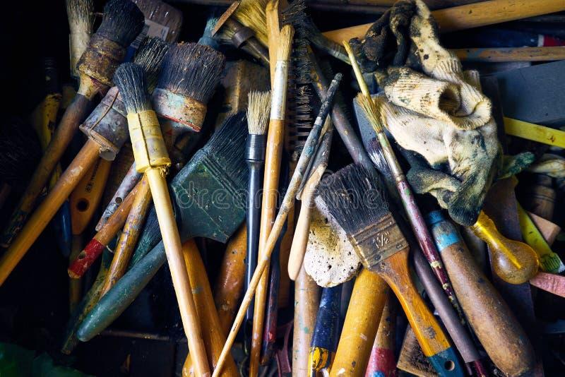 Μια συλλογή των παλαιών και χρησιμοποιημένων πινέλων και των εργαλείων στοκ εικόνα με δικαίωμα ελεύθερης χρήσης