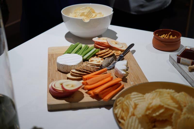 Μια συλλογή των τυριών και των πρόχειρων φαγητών σε μια πιατέλα στοκ φωτογραφία με δικαίωμα ελεύθερης χρήσης