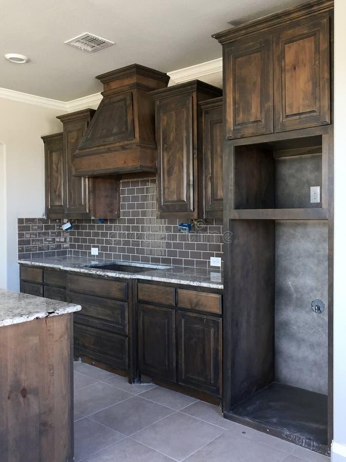 Μια συμπαθητική νέα κουζίνα του σπιτιού κάτω από την κατασκευή στοκ εικόνα με δικαίωμα ελεύθερης χρήσης