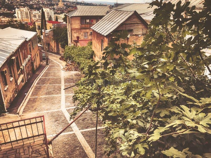 Μια συναρπαστική άποψη του παλαιού τετάρτου του Tbilisi, ο δρόμος που οδηγεί κάτω στο κέντρο της πόλης στοκ εικόνες