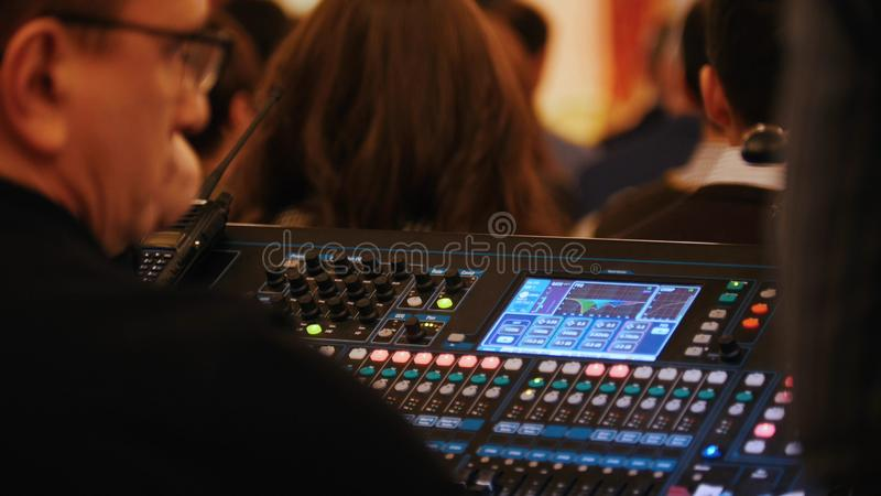 Μια συναυλία στη αίθουσα συναυλιών Ένα άτομο που εργάζεται με τον υγιή εξοπλισμό ελέγχου στοκ φωτογραφία με δικαίωμα ελεύθερης χρήσης