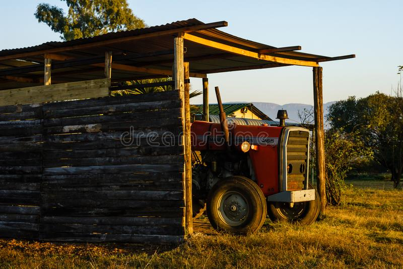 Μια συνεδρίαση αγροτικών τρακτέρ κάτω από την κάλυψη στην πρόωρη ηλιοφάνεια στοκ εικόνες με δικαίωμα ελεύθερης χρήσης