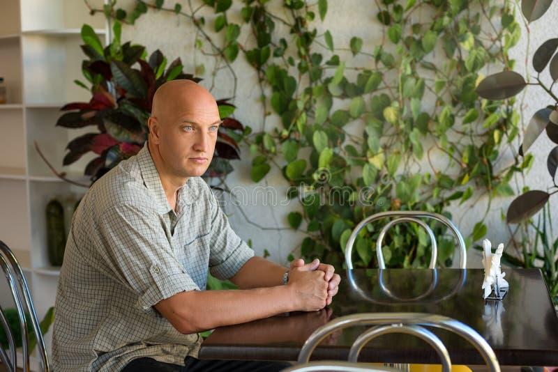 Μια συνεδρίαση ατόμων σε έναν πίνακα σε έναν καφέ στοκ φωτογραφίες με δικαίωμα ελεύθερης χρήσης