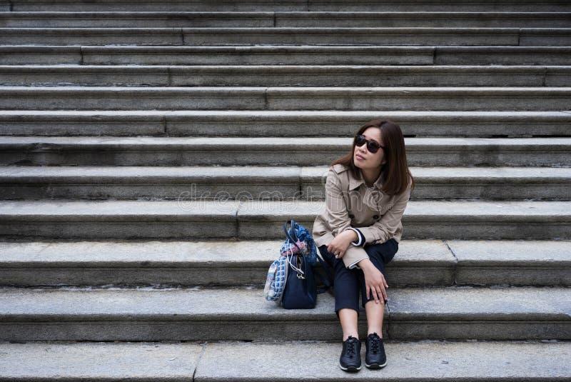 Μια συνεδρίαση επιχειρησιακών γυναικών στη συγκεκριμένη σκάλα στο πάρκο στοκ εικόνες