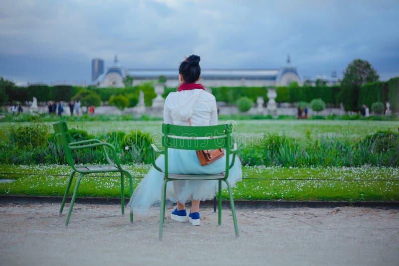Μια συνεδρίαση κοριτσιών σε μια καρέκλα και θαυμασμός της άποψης στοκ φωτογραφίες με δικαίωμα ελεύθερης χρήσης