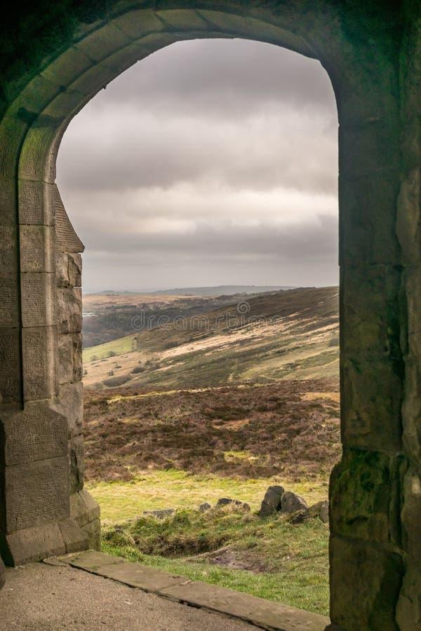 Μια σχηματισμένη αψίδα πόρτα που κοιτάζει έξω επάνω δένει μια θυελλώδη ημέρα στοκ εικόνα με δικαίωμα ελεύθερης χρήσης
