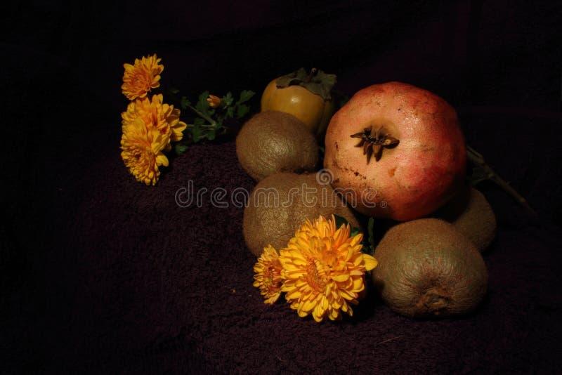 Μια σύνθεση των φρούτων και των λουλουδιών στοκ φωτογραφία
