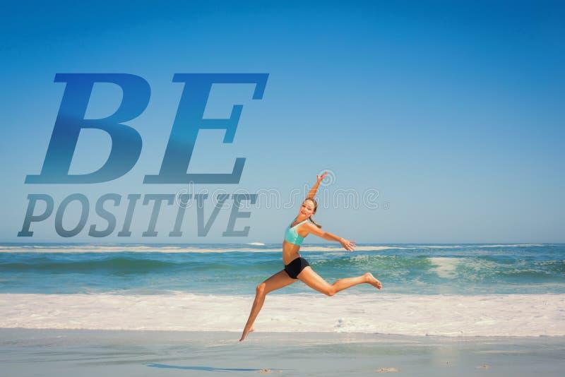 Μια σύνθετη εικόνα της κατάλληλης γυναίκας που πηδά χαριτωμένα στην παραλία στοκ φωτογραφίες με δικαίωμα ελεύθερης χρήσης