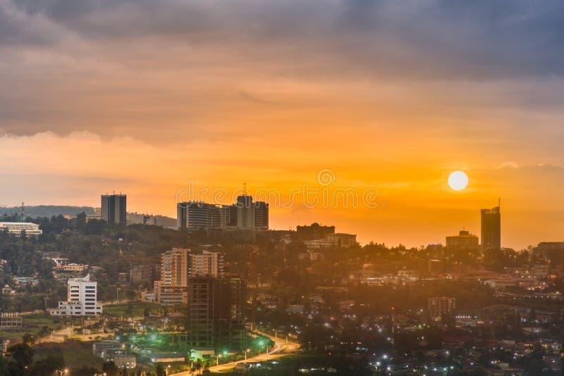 Μια σύνθετη εικόνα του ορίζοντα και να περιβάλει κέντρων της πόλης της Kigali στο φως της ημέρας, ηλιοβασίλεμα και τη νύχτα Ρουάν στοκ εικόνες
