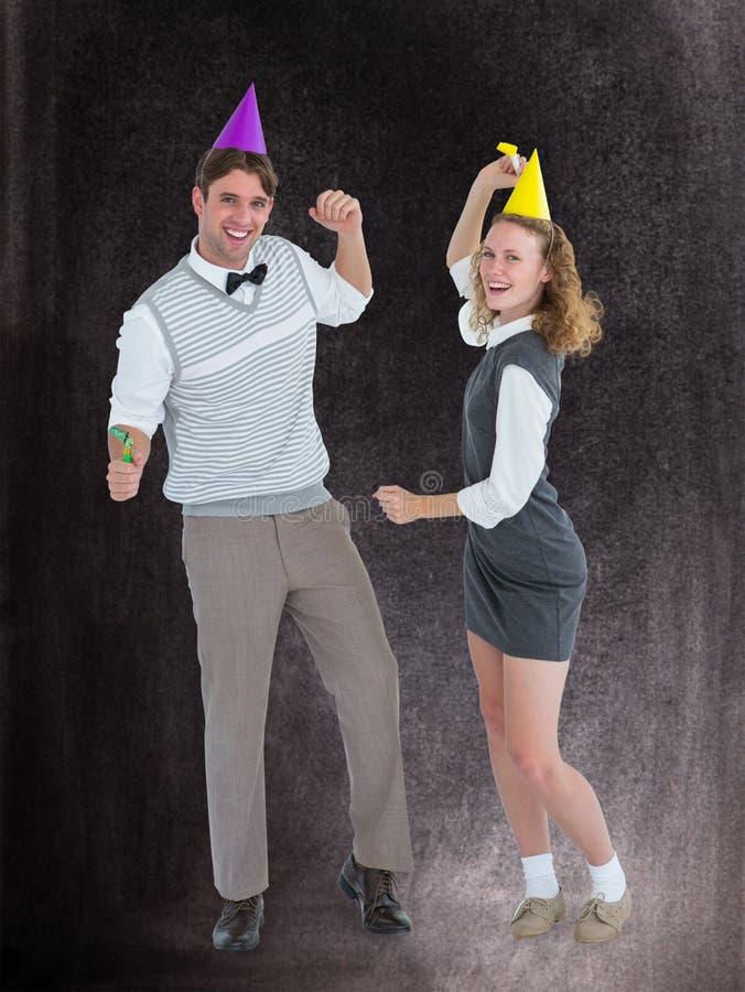 Μια σύνθετη εικόνα του geeky ζεύγους που χορεύει με το καπέλο κομμάτων στοκ εικόνα με δικαίωμα ελεύθερης χρήσης