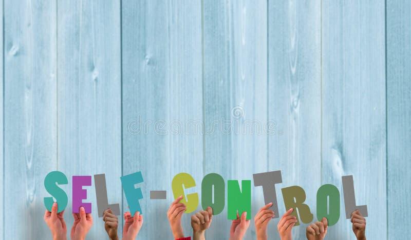 Μια σύνθετη εικόνα των χεριών που κρατά ψηλά αυτοέλεγχος στοκ φωτογραφίες