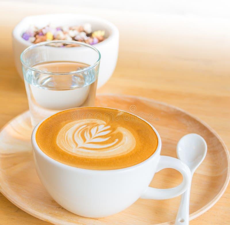 Μια τέχνη καφέ Latte στο ξύλινο γραφείο στοκ εικόνες με δικαίωμα ελεύθερης χρήσης