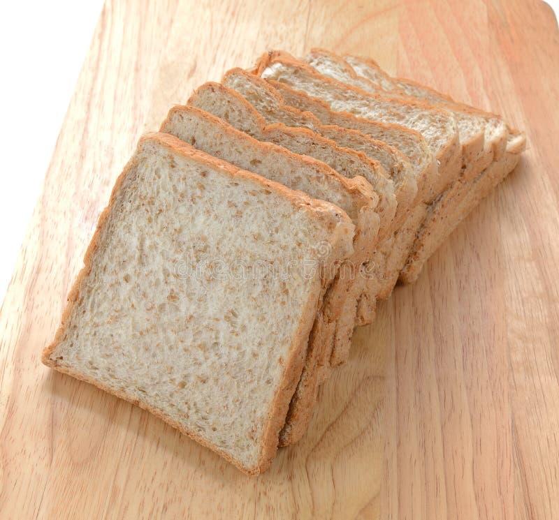 Μια τεμαχισμένη φραντζόλα σιταριού του ψωμιού στοκ φωτογραφία
