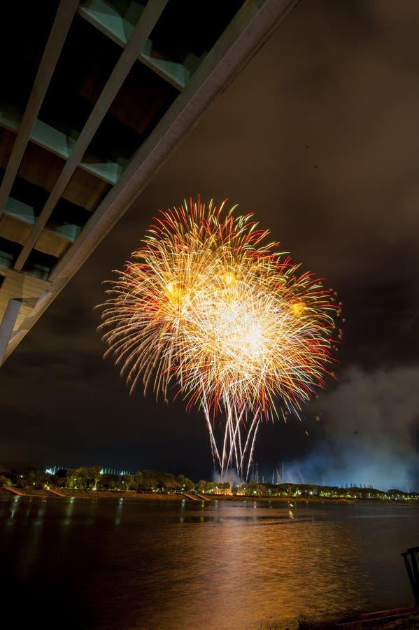Μια τρομερή επίδειξη των πυροτεχνημάτων κατά μήκος ενός ποταμού στοκ φωτογραφία με δικαίωμα ελεύθερης χρήσης