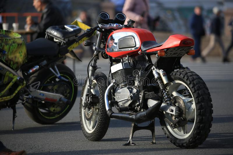 Μια τσεχική μοτοσικλέτα Jawa 350 συνήθειας στο ηλιόλουστο βράδυ Άποψη κατά μήκος της αριστερής πλευράς στοκ εικόνες