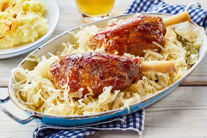Μια υγιής εξυπηρέτηση εύγευστο sauerkraut στοκ εικόνες