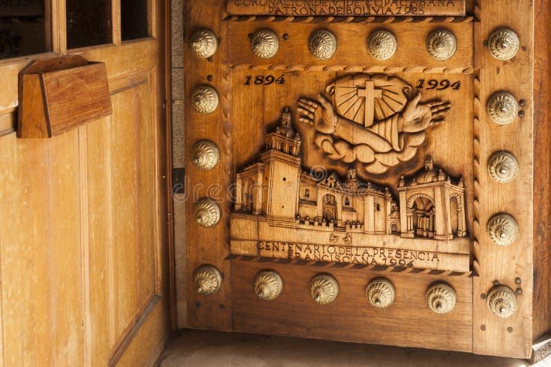 Μια υπέροχα χαρασμένη ξύλινη πόρτα στη βασιλική της κυρίας μας προστάτη Άγιος Copacabana της Βολιβίας Βολιβία στοκ φωτογραφία