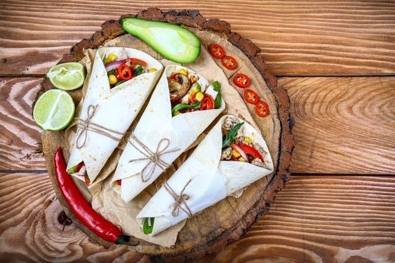 Μια υπερυψωμένη φωτογραφία των μεξικάνικων burritos με το βόειο κρέας, το ρύζι, τα μαύρα φασόλια, και τα λαχανικά, με μια σάλτσα  στοκ φωτογραφίες με δικαίωμα ελεύθερης χρήσης