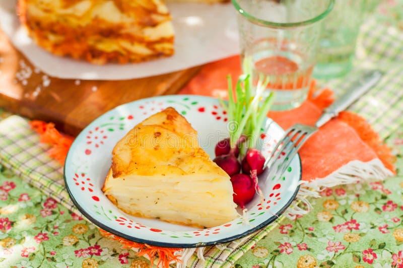 Μια φέτα της βαλμένης σε στρώσεις πατάτας ψήνει στοκ εικόνες με δικαίωμα ελεύθερης χρήσης
