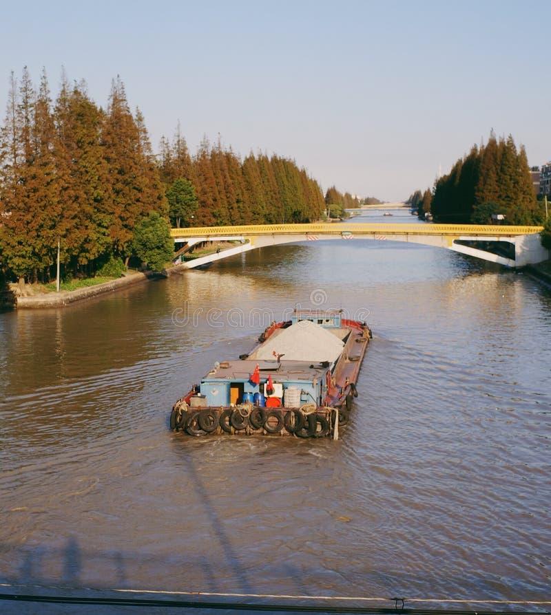 μια φορτηγίδα που πλέει στον ποταμό στοκ φωτογραφίες με δικαίωμα ελεύθερης χρήσης