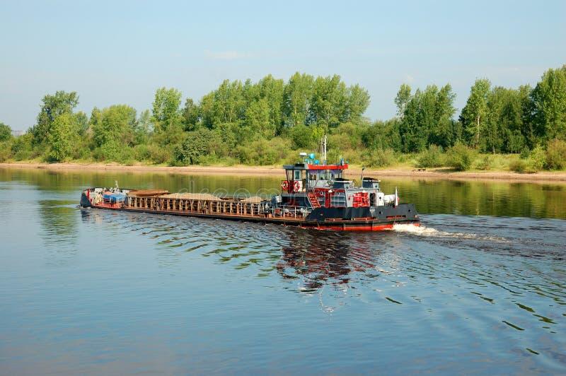 Μια φορτηγίδα σε έναν ποταμό στοκ εικόνες