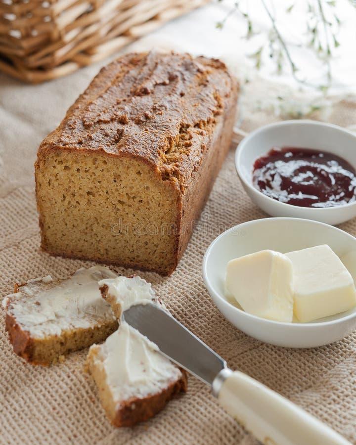 Μια φραντζόλα του σπιτιού έκανε το ψωμί paleo με το βούτυρο και τη μαρμελάδα στοκ εικόνα με δικαίωμα ελεύθερης χρήσης